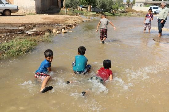 Göle dönen yollar çocukların eğlence mekanı oldu