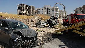 Otomobil ile hafif ticari araç çarpıştı: 1'i ağır 2 yaralı