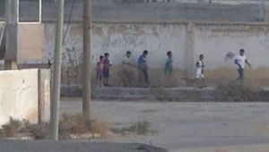 Telabyad'ta teröristler görüntü verdirmek için çocukları sıraya dizip yürüttü