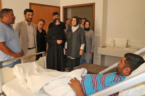 Ak kadınlardan yaralı vatandaşlara geçmiş olsun ziyareti
