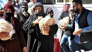 Akçakale'deki mülteci ailelere 35 bin ekmek dağıtıldı