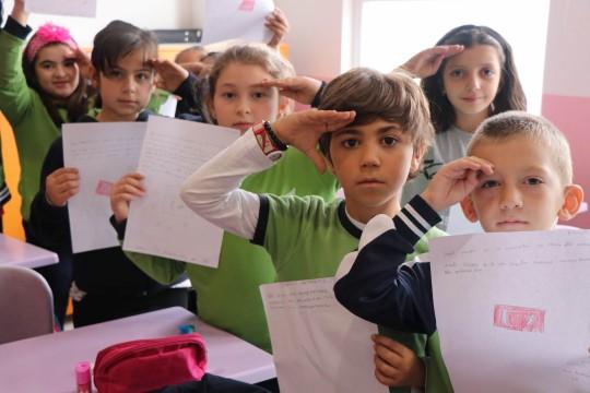 İlkokul öğrencilerinden Avrupa'ya inat asker selamı
