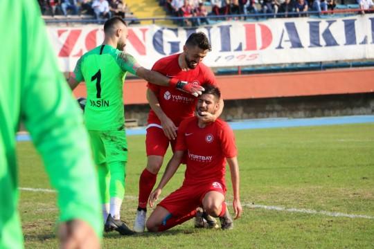 Kaleci Yasin Davuş gol kaçıran oyuncu'yu teselli etti