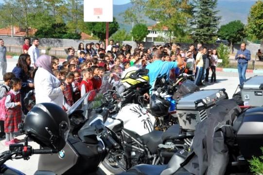 Motorculardan öğrencilere hediye yağmuru