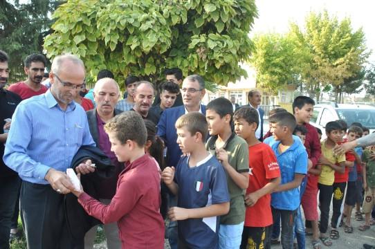 Şehit babaları sınırdaki çocuklara harçlık dağıttı