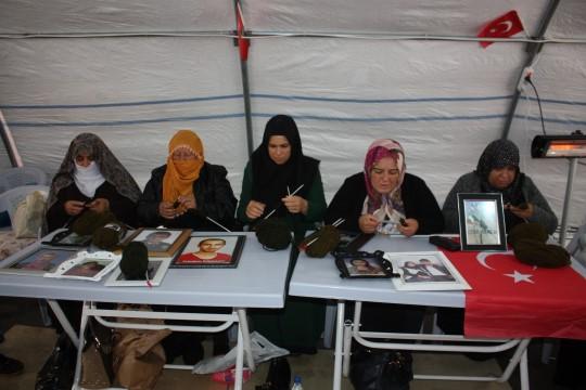 Bir hafta boyunca atkı örecek olan acılı anneler, ördükleri atkıları soğuktan etkilenmemeleri için askerlere gönderecek