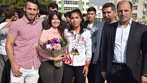 Dünya ikincisi sporcu Viranşehir'de coşkuyla karşılandı
