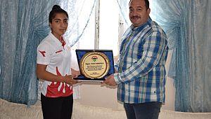 Ekinci'den Dünya 2.si Zelal'e Ziyaret Türk Bayrağı Ve Kuranı Kerim Hediye Etti