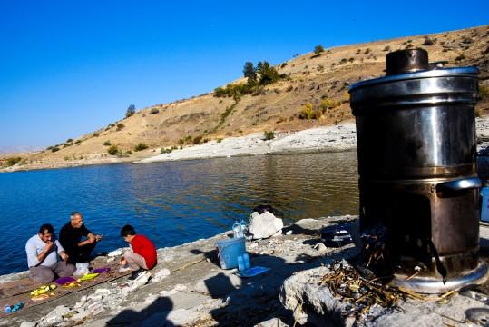 Fırat kıyısında balık mangal keyfi