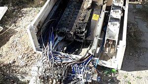 Mardin'de kaçak elektriği önleyen panoları kırıp yaktılar
