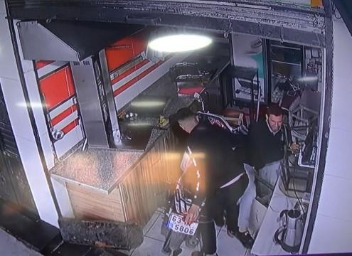 Motosikletle, iş yerini açan işçiye çarpıp, içeri girdi