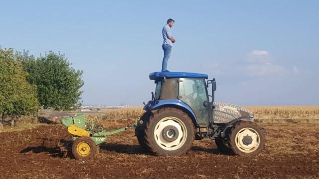 Şanlıurfalı çiftçi traktör üzerinde namaz kıldı