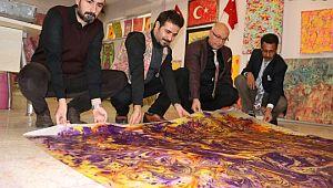 Ebru sanatına farklı bir boyut kazandırdı