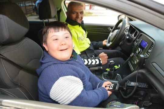 Engelli çocuklar polis oldu