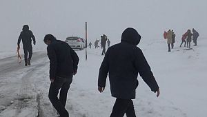 Kar nedeniyle yollar kapandı, onlarca araç mahsur kaldı
