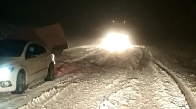 Kar yağışı nedeniyle Viranşehir-Diyarbakır yolu ulaşıma kapandı