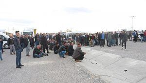 Kavşak isteyen köylüler yolda oturma eylemi yaptı
