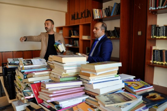Öğretmenler topladıkları kitaplarla mahkumlar için kütüphane kurdu