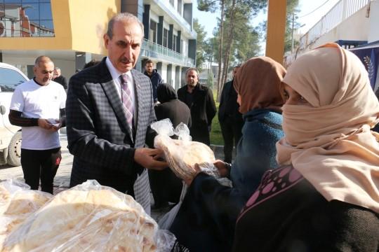 Akçakale'de belediyesi ekmek dağıtımına haftanın 3 günü aralıksız devam ediyor (Videolu Haber)
