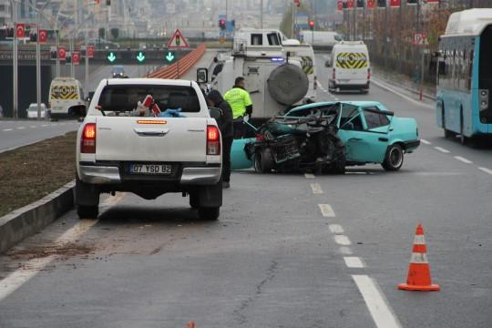 Diyarbakır-Şanlıurfa karayolu üzerinde refüje çarpan araç hurdaya döndü
