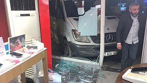 El freni çekilmeyen minibüs iş yerine daldı
