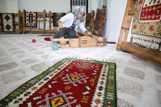 Karaköprü'de kilim dokuma geleneği yaşatılıyor (Videolu Haber)