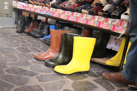 Şanlıurfa'da lastik çizmelere ilgi devam ediyor