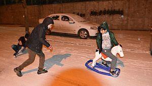 6 yıl aradan sonra kar yağınca halay çekip oyun oynadılar