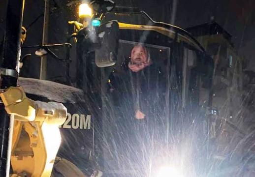 Başkan greyder başına geçti, yollarda kar küredi