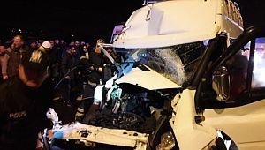 Minibüs tıra arkadan çarptı: 12 yaralı