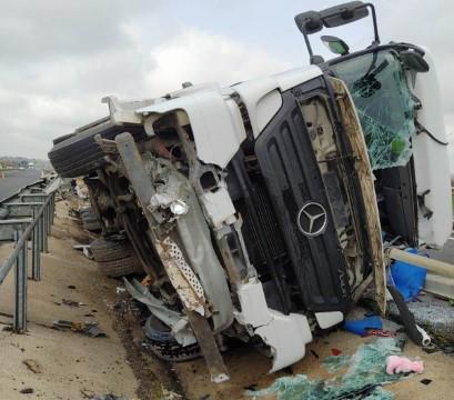 Şanlıurfa'da tır devrildi: 1 yaralı