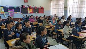 Sınır okulundaki öğrencilerden küçük imkanlarla duygu dolu etkinlik