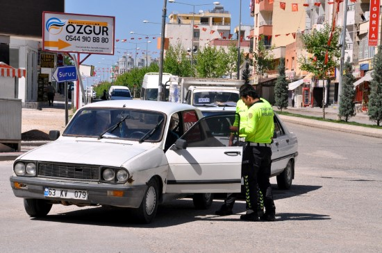 Akçakale'de yol kontrolleri devam ediyor