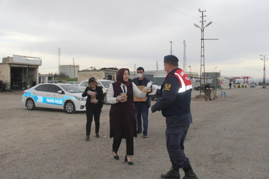 Korona uygulamasındaki asker ve polise tatlı moral
