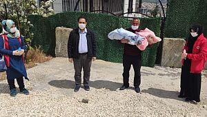 Kuvözde bıraktıkları ikizlerine 68 gün sonra kavuştular