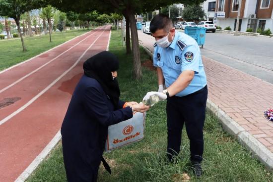 Büyükşehir, 65 yaş ve üzeri vatandaşları bayramda yalnız bırakmadı (Video)