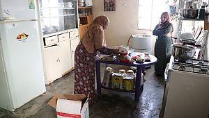 Evlerinde açıkları iftarda, Türkiye'ye dua ediyorlar (Video)