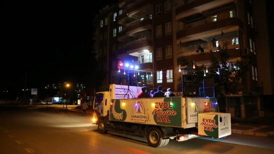 Karaköprü'de bayramda vatandaşa mobil konser (Videolu Haber)