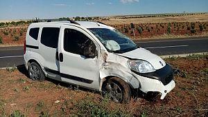 Urfa'da kontrolü kaybeden araç refüje çarptı