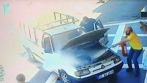 Şanlıurfa'da kamyonetin alev aldığı anlar kamerada (Video)