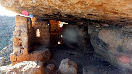 Sarp kayalıklarda dini yapı