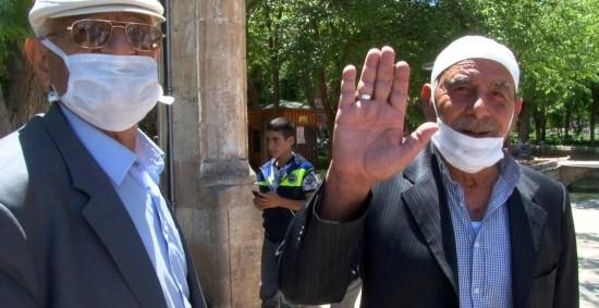 Sokağa çıkan yaşlılar camiye koştu