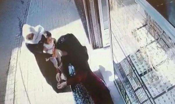 Bulduğu altın kolyeyi karakola teslim etti (Videolu Haber)