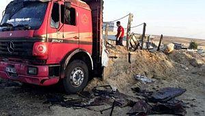 Elektrik tellerine temas eden saman yüklü kamyon alev alev yandı (Video)
