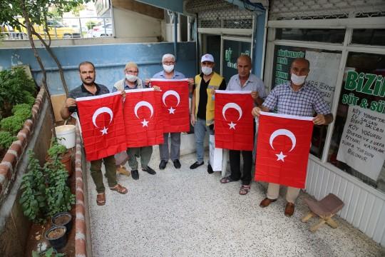 Haliliye belediyesi vatandaşlara bayrak hediye etti (Videolu Haber)
