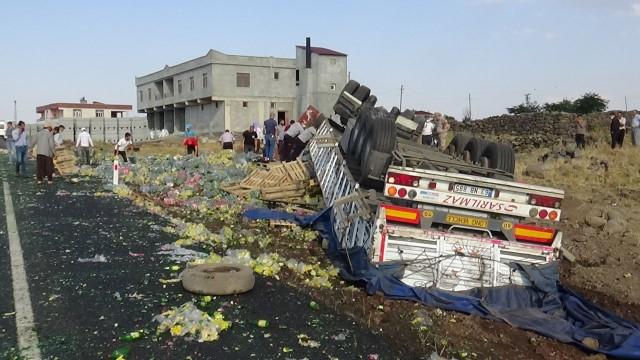 Diyarbakır Şanlıurfa karayolun'da lastiği patlayan tır dehşeti (Video)