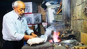 Şanlıurfa'nın son kalay ustası 70 yıldır bakırı sevgiyle parlatıyor (Videolu Haber)