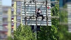 Yön levhalarına çıkıp intihar etmek istedi, ikna edilip aşağı indi (Videolu Haber)