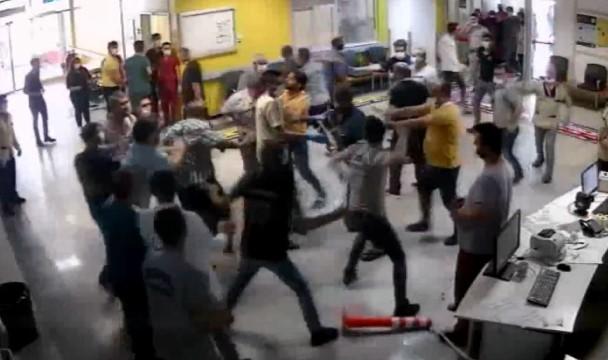 Hasta yakınlarının güvenlik görevlilerini darp ettiği anlar kamerada (Video)