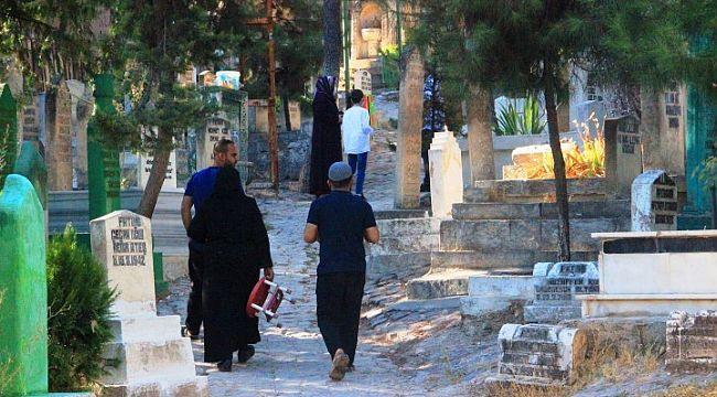 Şanlıurfa'da namaz sonrası vatandaşlar mezarlıklara akın etti